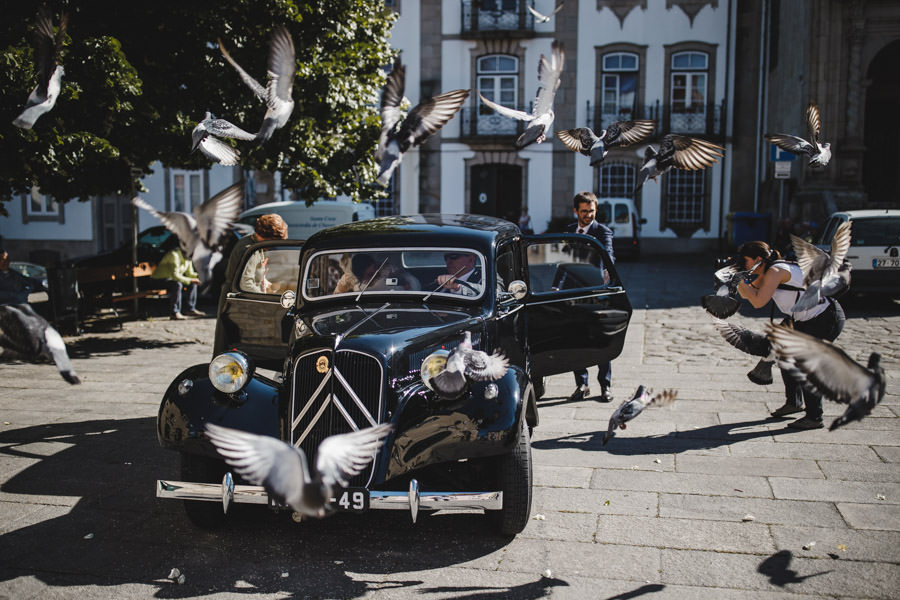 wedding photography chaves bride car and pigeons