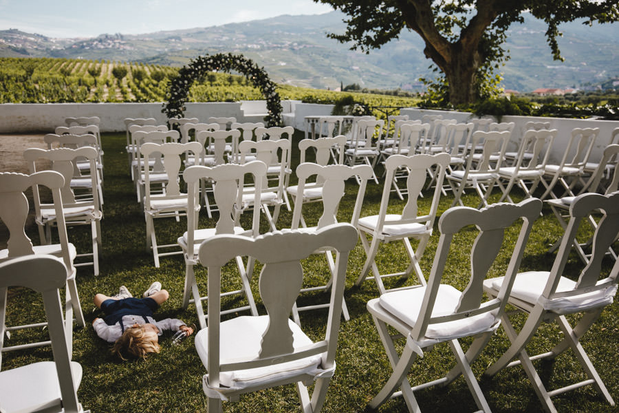 wedding photography Quinta da Pacheca kid sleeping in the empty ceremony