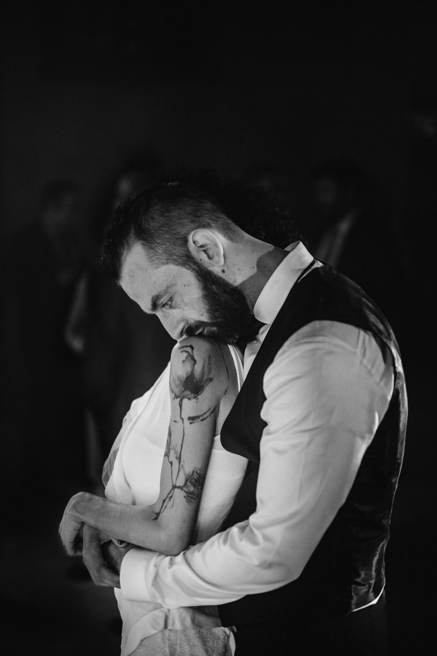 wedding photography Pousada Amares tattoo hug