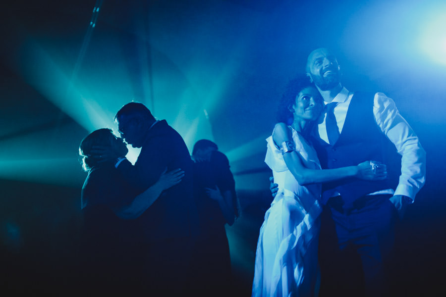 wedding photography Amares hugs in dance floor